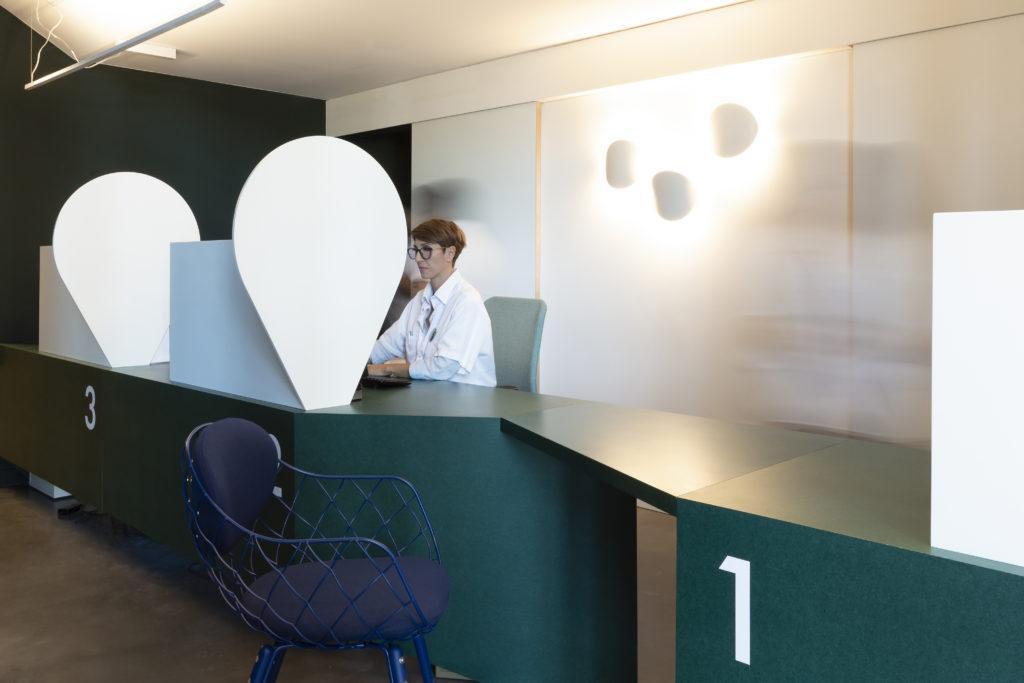 Photographie de la banque d'accueil dessinée sur mesure en valchromat et corian