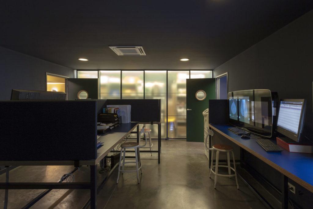Photographie de la salle d'interprétation du centre d'imagerie avec la pharmacie et le mobilier sur mesure