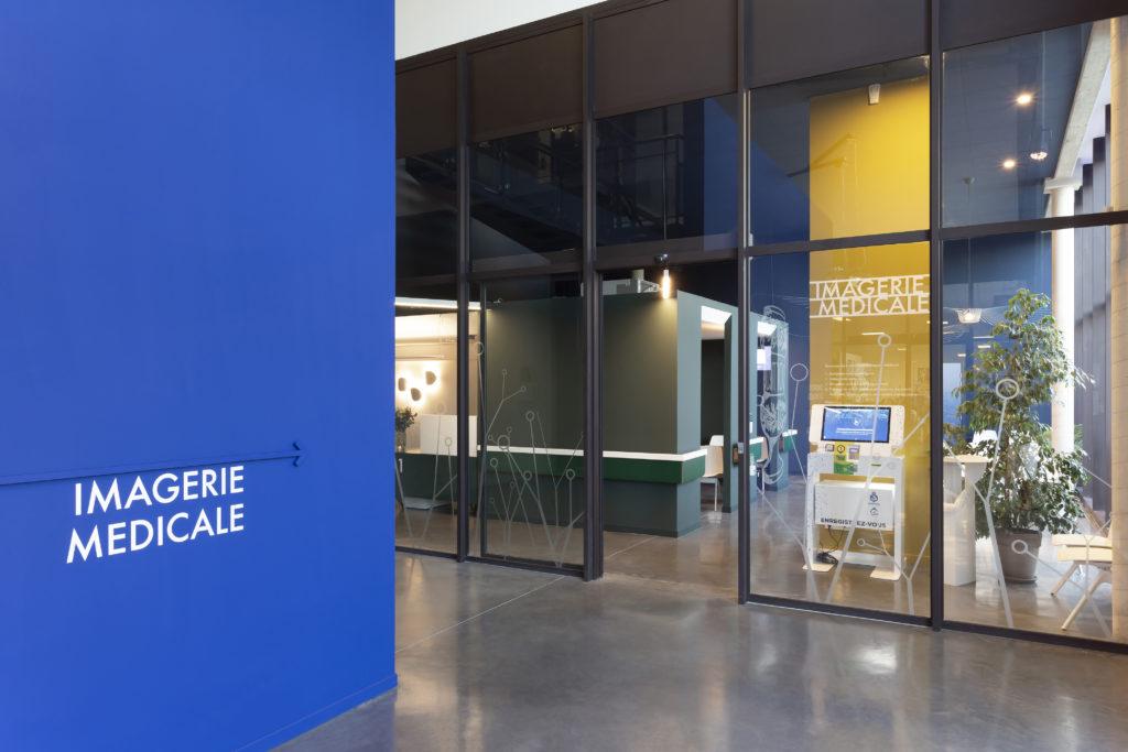 Photographie du hall du comptoir médical en double hauteur