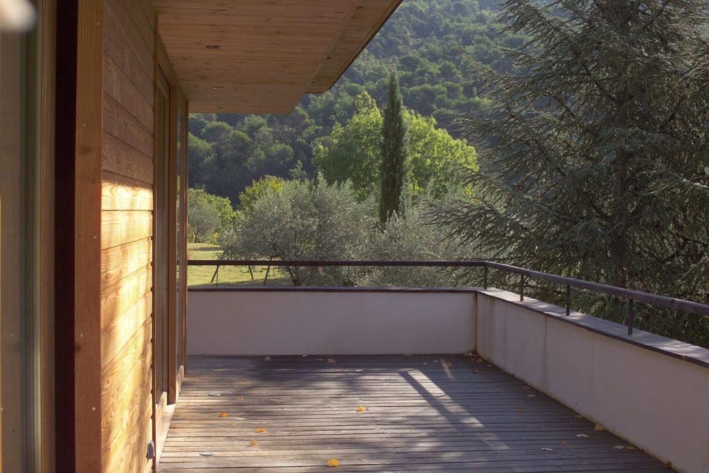 Photographie de la terrasse en platelage bois, bardage bois et sous face de toiture en bois