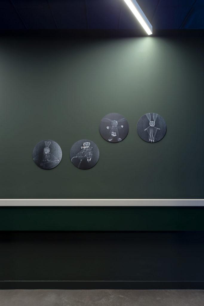 Photographie d'une circulation avec des radios de doudous d'enfants transformant les lieux de passage en une galerie d'images qui donne le sourire aux grands comme aux petits