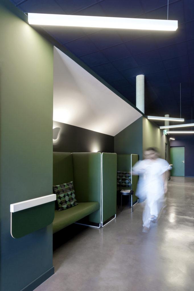 Photographie d'une circulation et d'une salle d'attente de couleurs avec un sol en béton quartzé