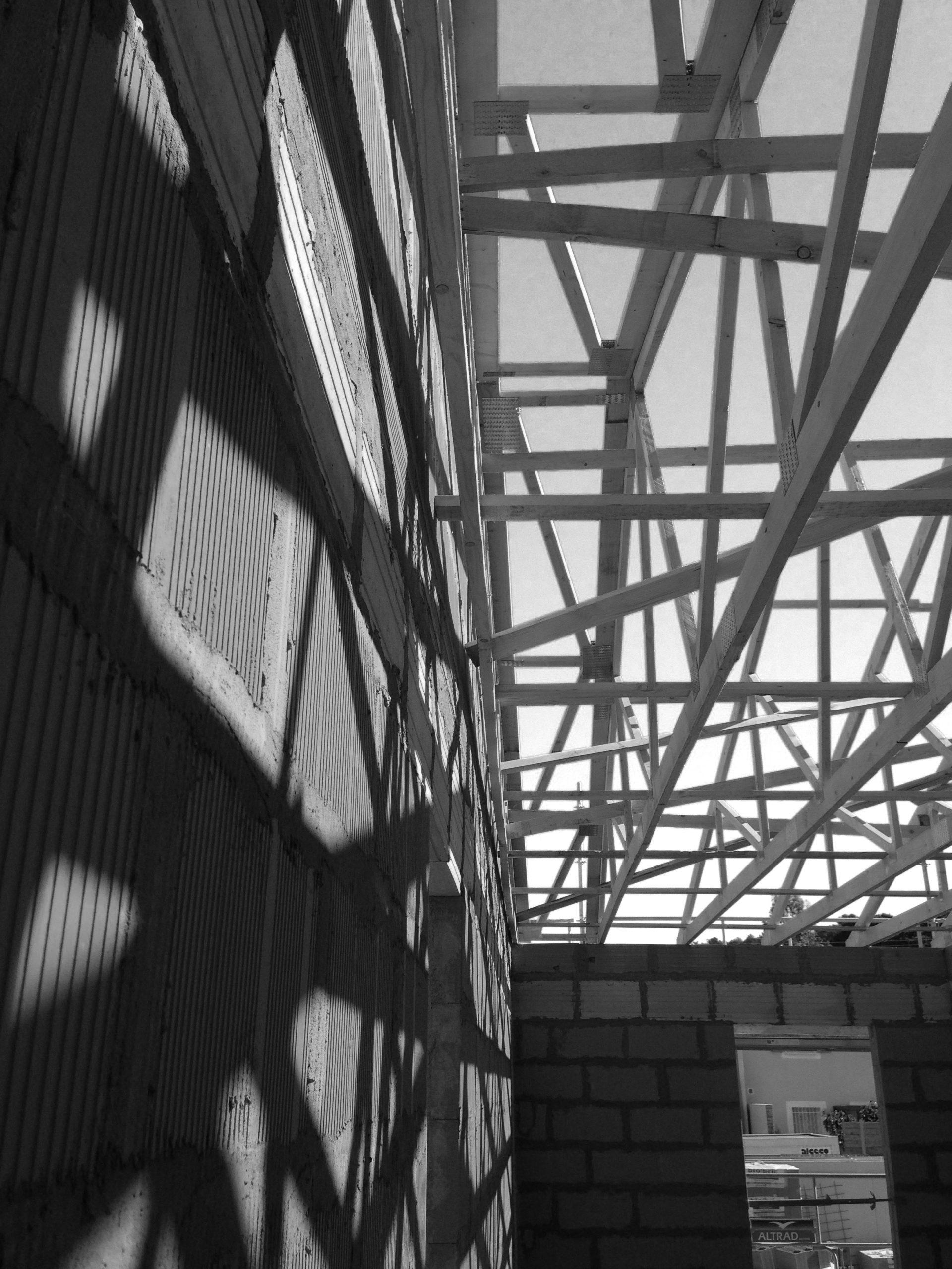 Photographie du chantier depuis l'intérieur du bâtiment. Pose de la charpente.