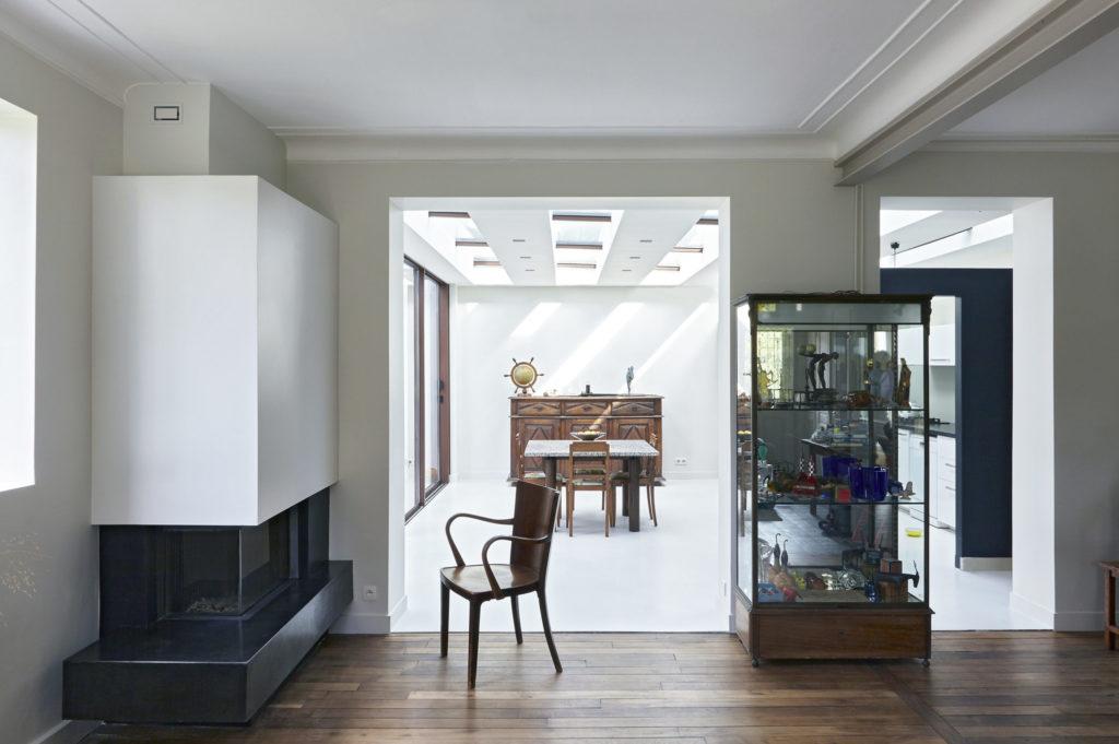 Photographie du salon en regardant vers la cheminée et l'extension (cuisine/séjour).