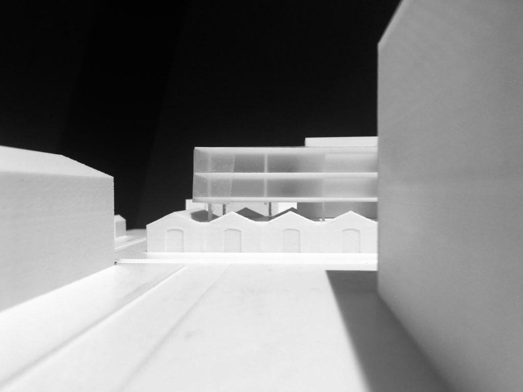 Photographie noire et blanc de la maquette de projet en impression 3D. Réhabilitation d'un ancien bâtiment sur le site de l'EAI à Montpellier