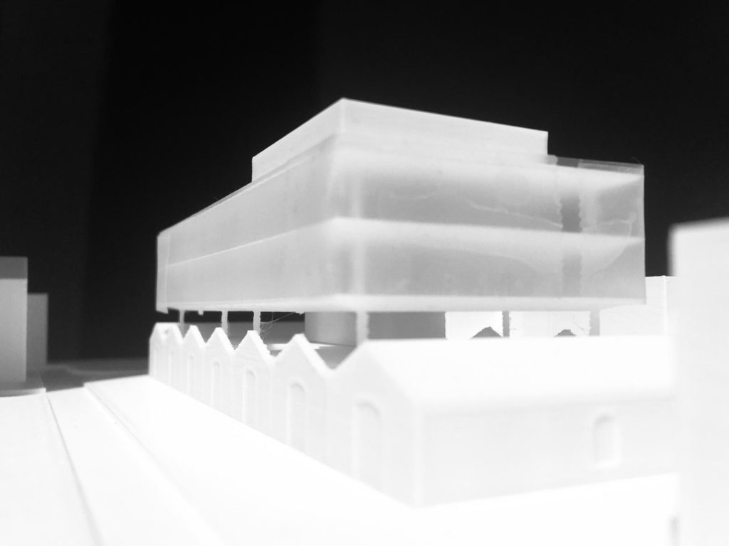 Photographie noire et blanc en vue immersive de la maquette réalisée en impression 3D montrant le projet de réhabilitation d'un ancien bâtiment de l'EAI en pôle d'innovation autour de la radio en à Montpellier.