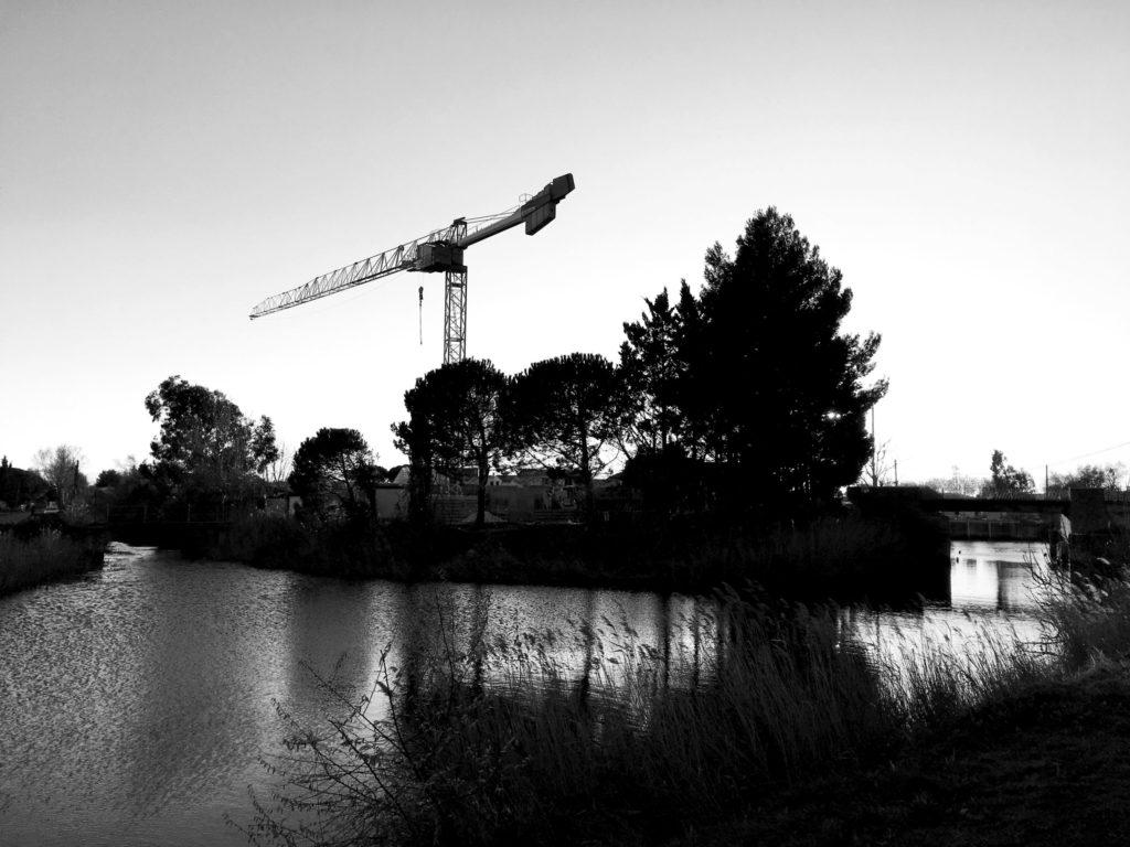 Photographie au début du chantier, au bord du canal