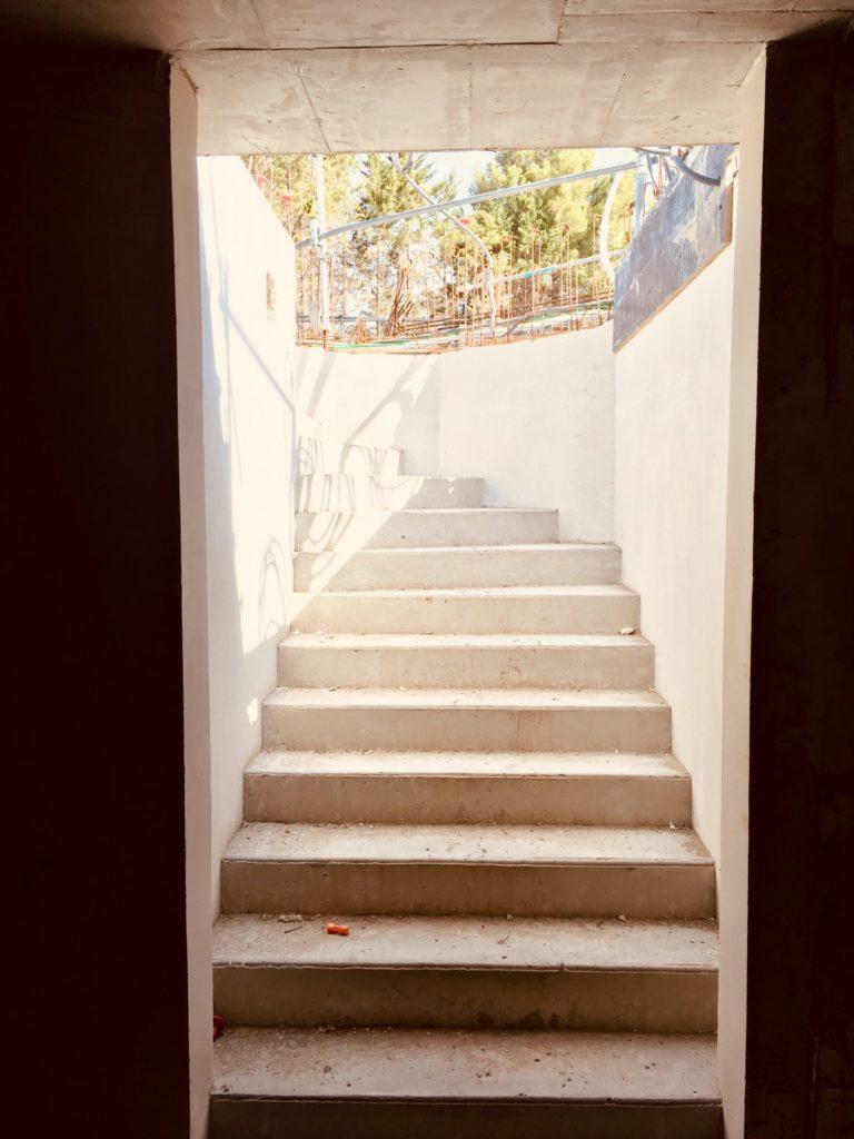 Photographie des escaliers en cours de construction