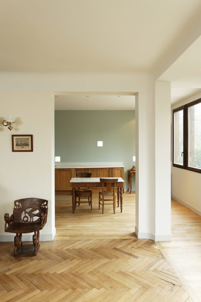 Photographie du séjour lumineux avec comme revêtement de sol un parquet en point en point de Hongrie.