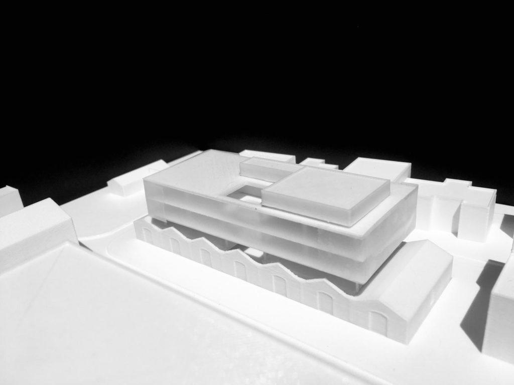 Photographie noire et blanc de la maquette réalisée en impression 3D montrant le projet de réhabilitation d'un ancien bâtiment de l'EAI en pôle d'innovation autour de la radio en à Montpellier.